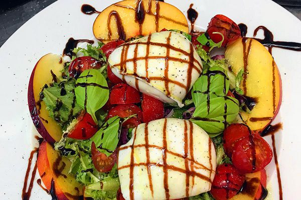 Büffelmozzarella mit Mango und Erdbeere