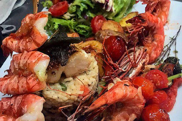 Gamba-Spieße auf gemischtem Salat